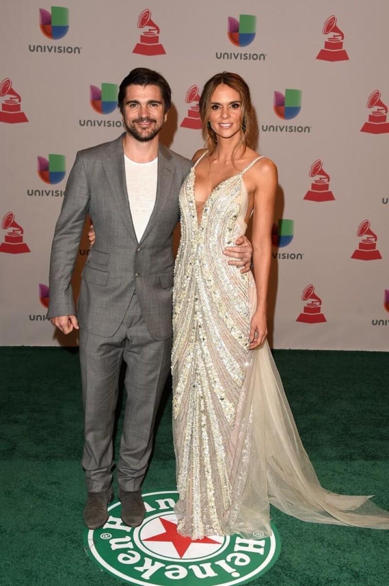 Juanes muy feliz al lado de su sensual esposa.