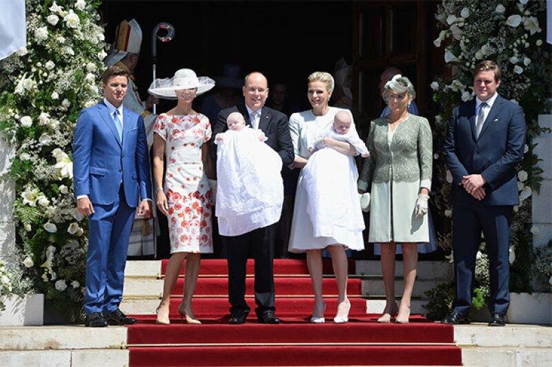 La familia real acompañó a los príncipes.