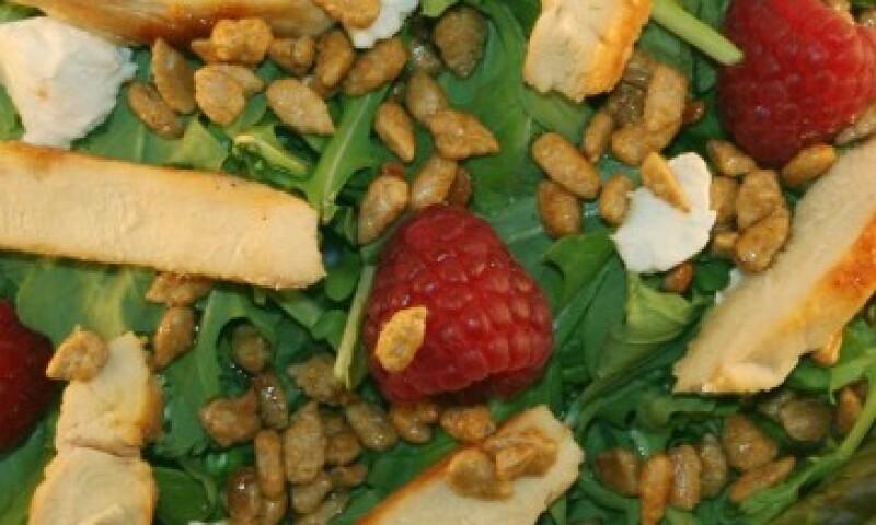 La ensalada Santorini de pechuga, frambuesas, queso y semillas es una de las favoritas. (Foto: Cortesía Rolling Salads)