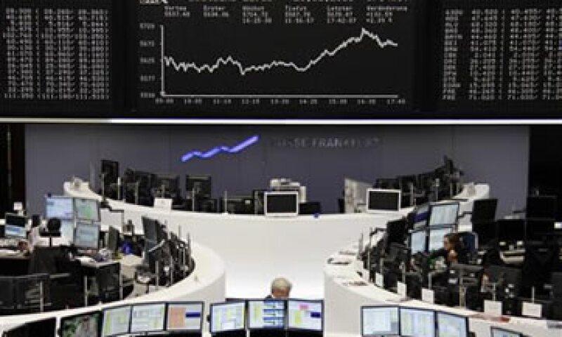 El anuncio de que la Fed ayudará a los bancos con los problemas de financiamiento en dólares también benefició a las acciones. (Foto: Reuters)