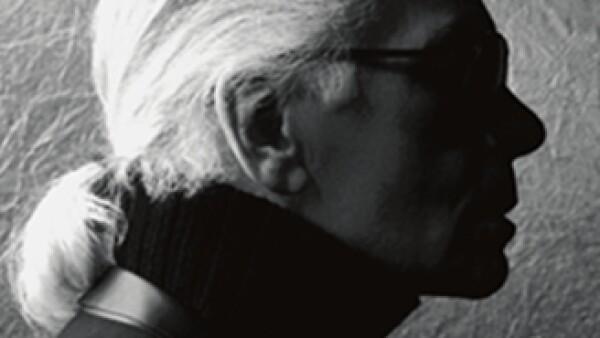 Lagerfeld con su ceñido traje negro, su cuello eduardiano y sus lentes oscuros (Foto: Cortesia de Karl Lagerfeld)