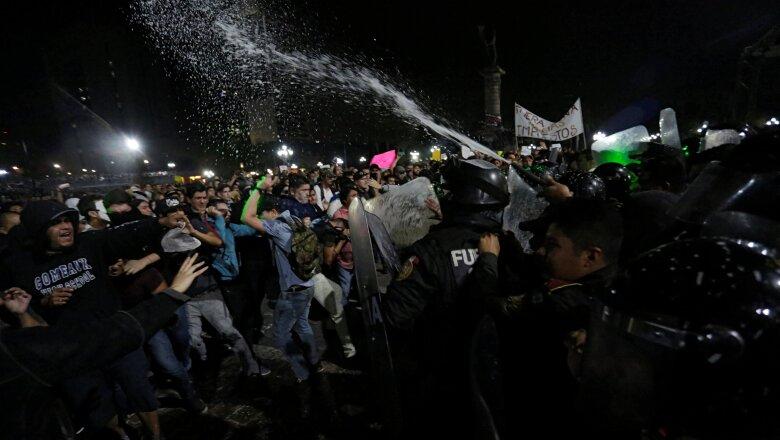 La policía enfrentó a una multitud en la Macroplaza de Monterrey el jueves.