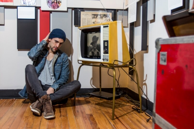 Luis Gerardo Méndez pusa en la última sala de la exposición La Historia del Rock.
