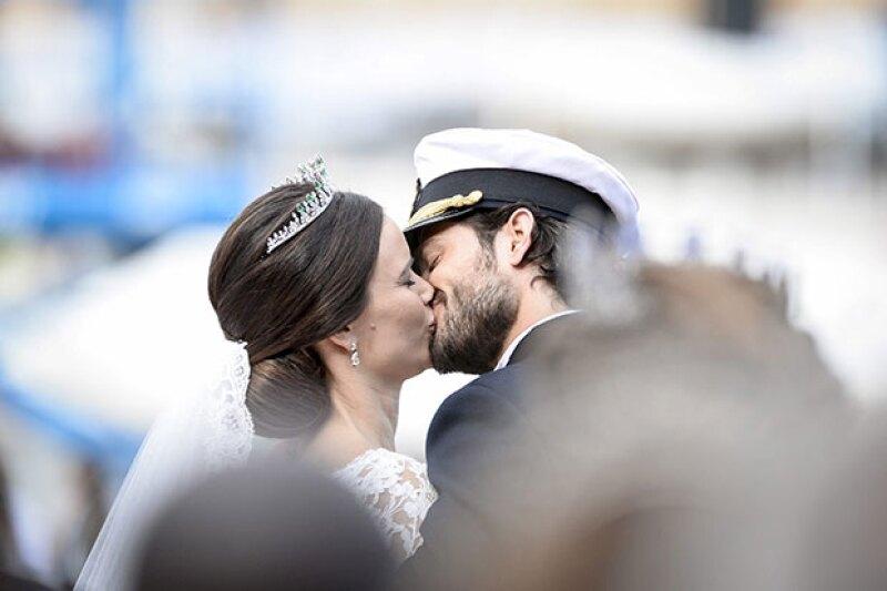 El primer beso de los novios fue frente a todos sus invitados.