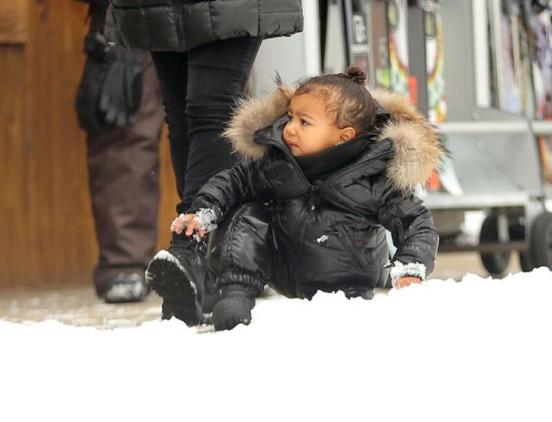 North pasó el rato jugando sentada en la nieve, envuelta en un abrigador outfit.