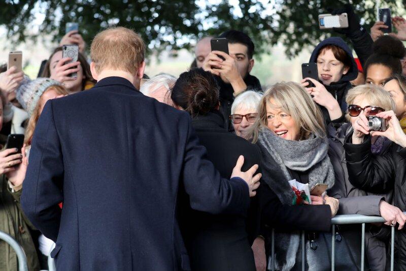 Príncipe Harry con Meghan Markle visitando el Castillo de Cardiff.
