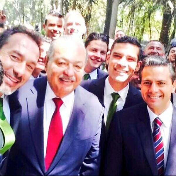 El presidente de México, Enrique Peña, y el mexicano más rico, Carlos Slim, entraron a la moda en la visita que hizo el Club León a Los Pinos, luego de obtener el pasado campeonato Apertura 2013.