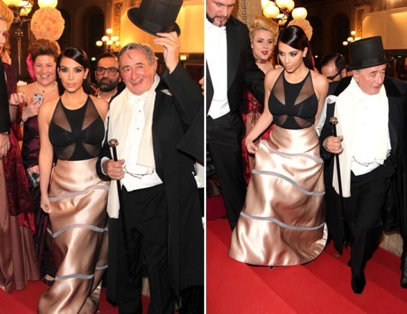 Ayer la estrella de reality show acudió acompañada por su madre Kris Jenner, a la Opera de Viena donde tendría una cita con el millonario Richard Lugner quien quedó muy decepcionado de la empresaria.