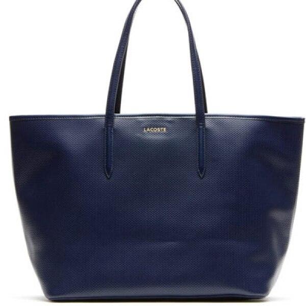 Un bolso tipo Tote en colores brillantes ya sea en piel ligera o tela es un accesorio indispensable.