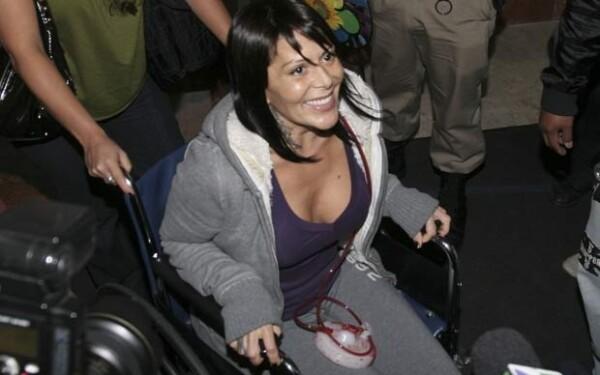 La cantante salió con buen ánimo del hospital.