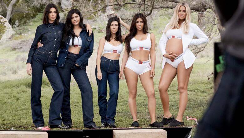 La familia Kardashian posando para Calvin Klein.