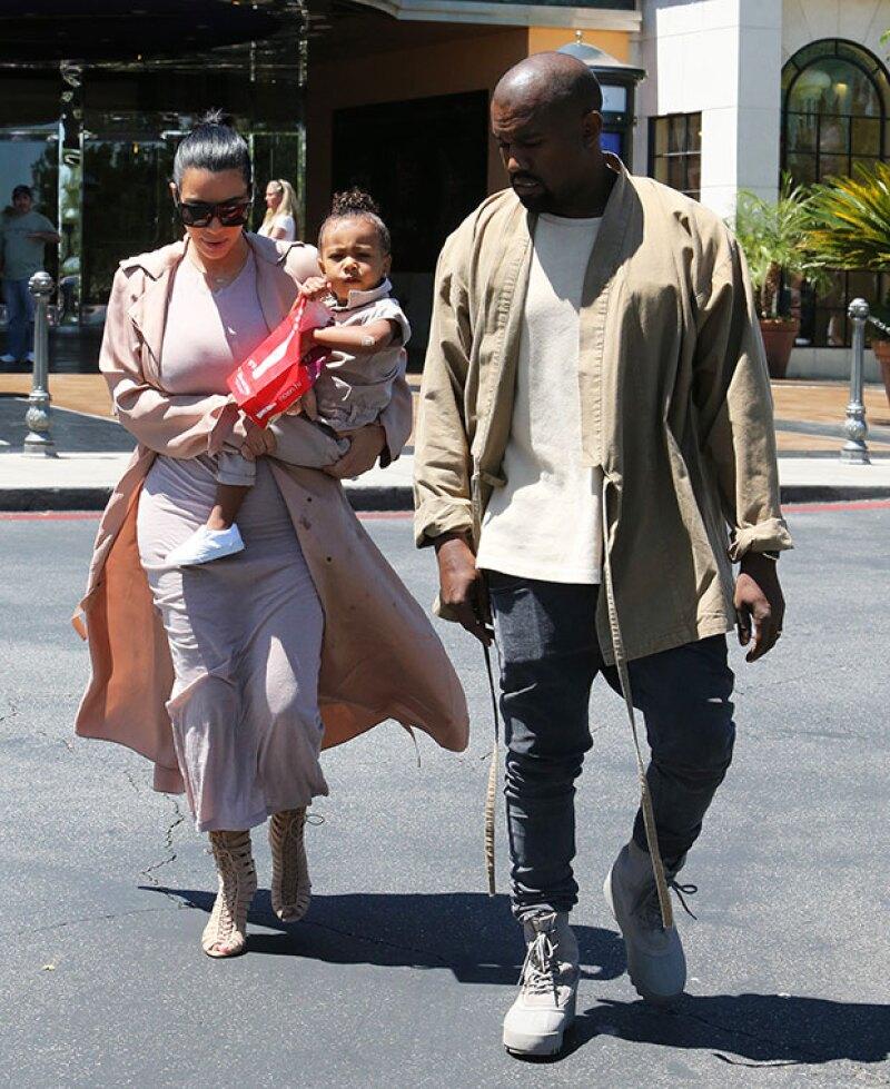 ¿Servilletas de papel? Para qué usarlas cuando tienes a la mano un abrigo Lanvin de tu mamá. Y es que en su última visita al cine, la pequeña decidió llenar de mantequilla a Kim.