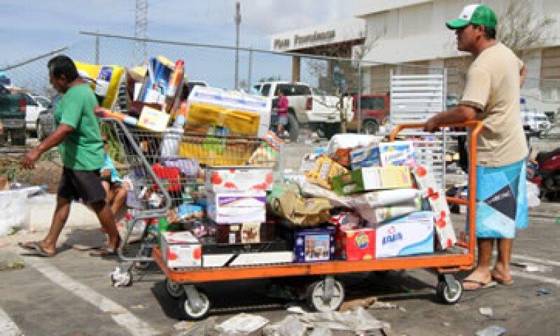 Walmart dice que aparentemente en algunas tiendas, las personas no sólo se llevaron mercancías, también cables de cobre.  (Foto: Notimex)