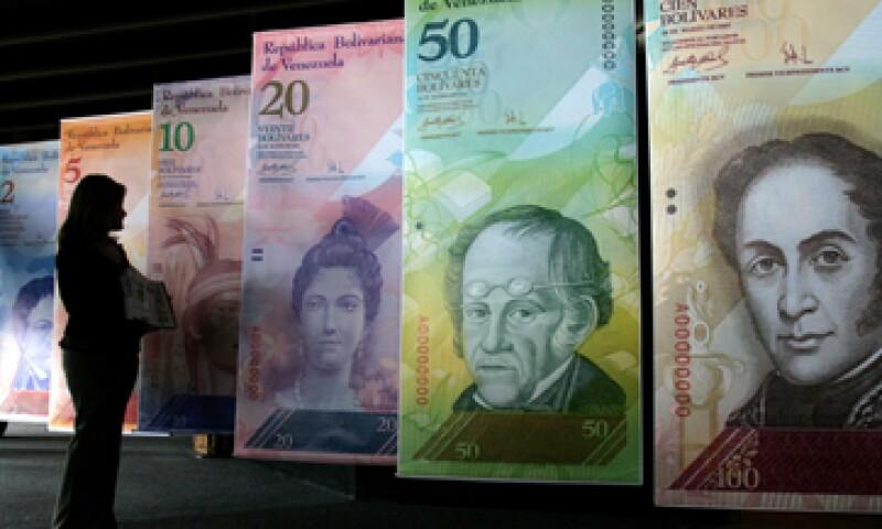 Tras la devaluación del bolívar, las empresas deberán elevar sus precios, anticipan analistas. (Foto: AP)