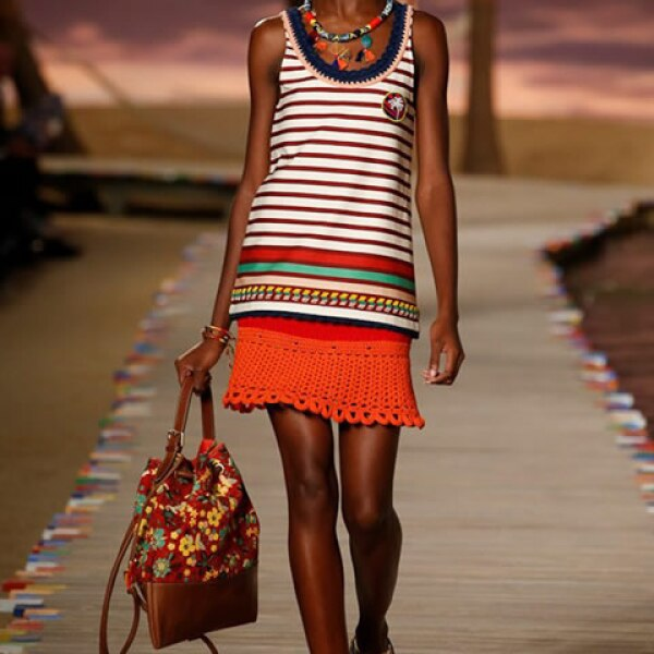 Tank rayada, falda de crochet rayada, bolsa con estampado tropical y sandalias.
