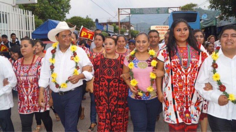 La diputada del PRD (blusa rosa) ha acompañado al candidato del PT, Benjamín Robles Montoya, a sus actos de campaña. (Foto: Twitter/ @KarinaUgocp)