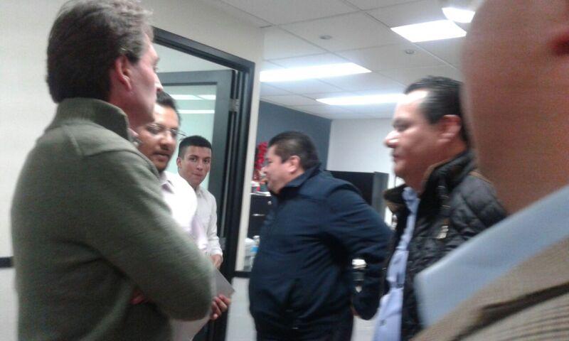 Francisco Xavier llega a Instituto Estatal Electoral de Hidalgo para protestar por cancelación de candidaturas de alcaldes.