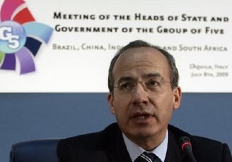 Felipe Calderón preside al G5 en la reunió que sostendrán con el G8 en Italia. (Foto: AP)