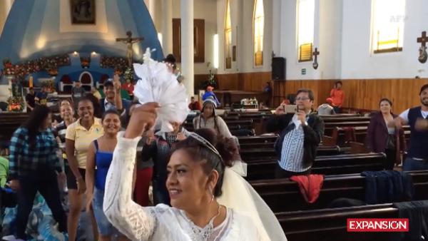 Estos migrantes fueron los invitados sorpresa de una boda en Puebla