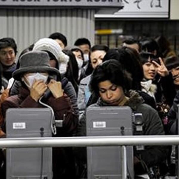 Japoneses no cuentan con teléfonos celulares tras el terremoto