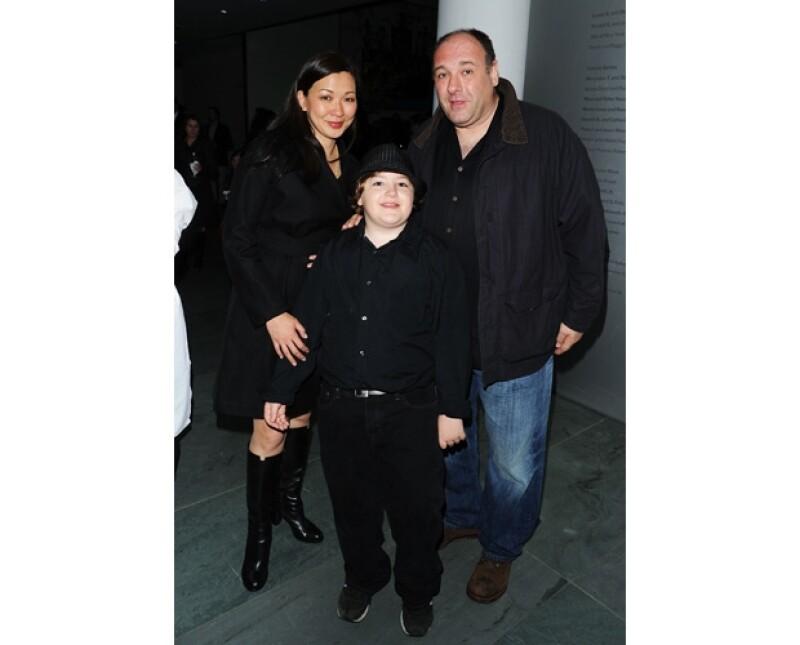 Michael Gandolfini de 13 años es uno de los herederos de la mayor parte de la fortuna que hizo el actor. En la imagen junto a su esposa Deborah Lin.