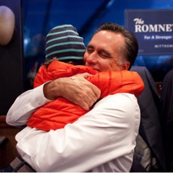 romney abraza a su nieto