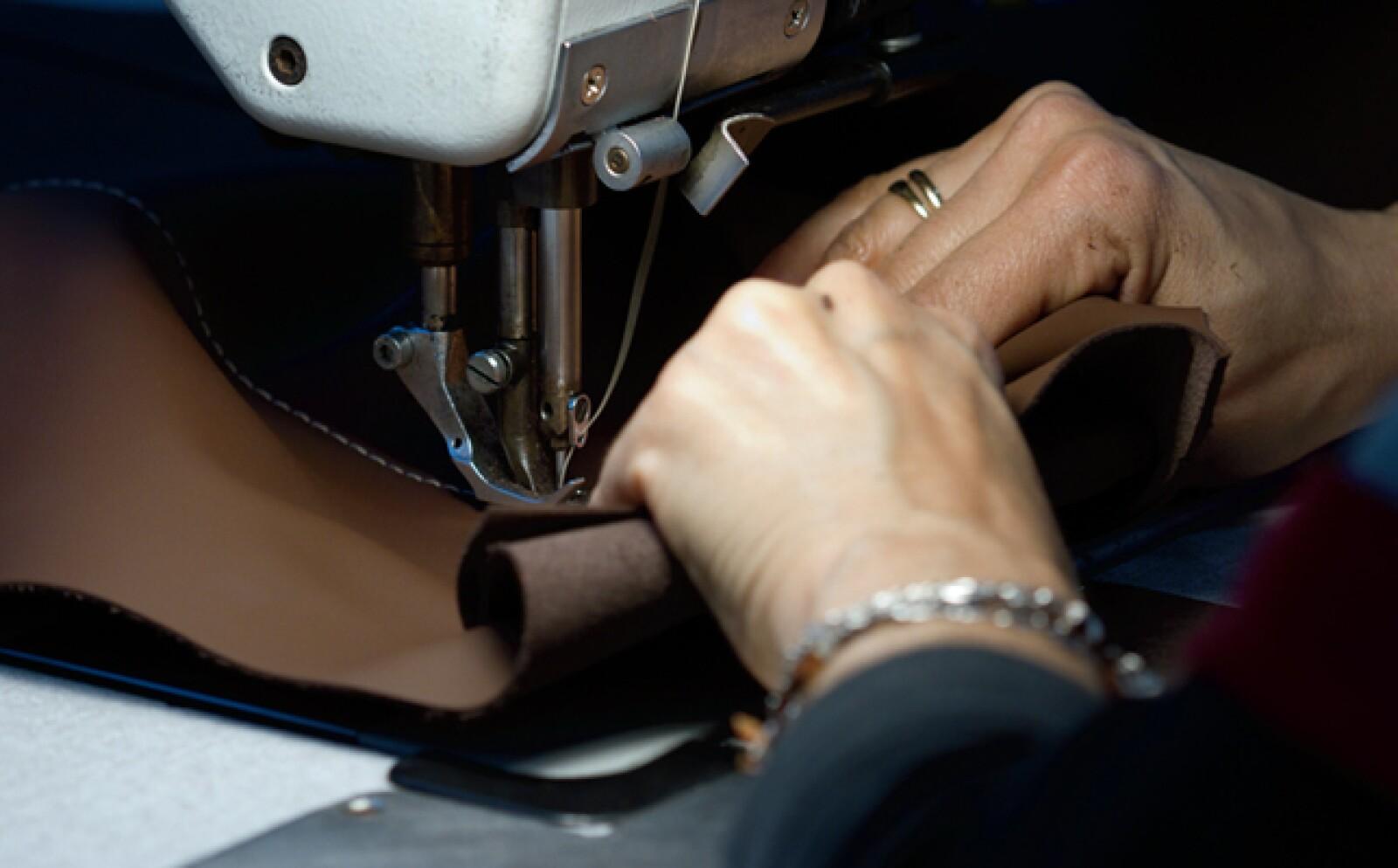 En la fábrica se combinan operaciones muy industrializadas con el trabajo 100% manual del cuero para los interiores. Cada Ferrari es tapizado con pieles seleccionadas cuidadosamente, que luego son cocidas con un acabado homogéneo.