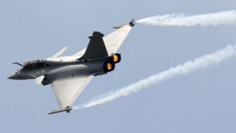 Un jet militar modelo Dassault Rafale participa en la exhibición de la 48 Feria Aeronáutica.