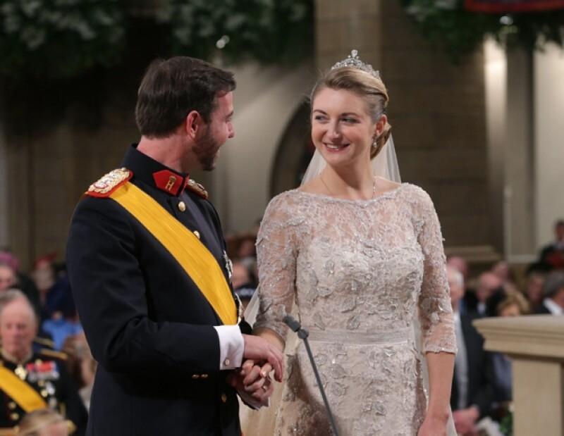 El último heredero europeo en edad casadera en una corte oficial, Guillermo de Luxemburgo, de 30 años, contrajó nupcias hoy con la condesa belga Stéphanie de Lannoy, de 28.