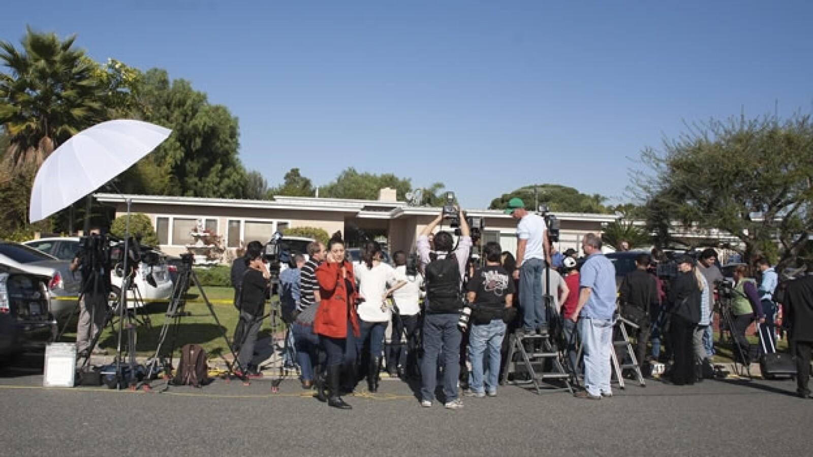 periodistas afuera de la casa de la familia de la cantante