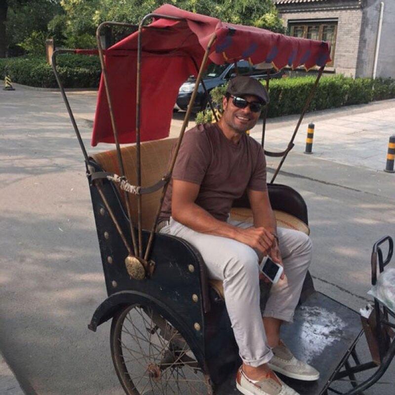 El cantante lleva un mes de vacaciones, y en su paso por Tailandia, no dudó en relajarse con muy poca ropa.