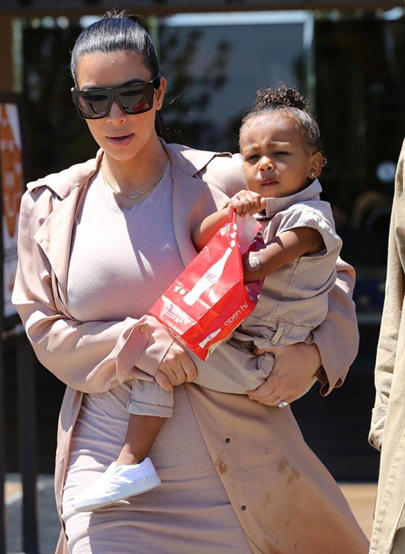 Kim no contaba con que North usaría su abrigo como servilleta.