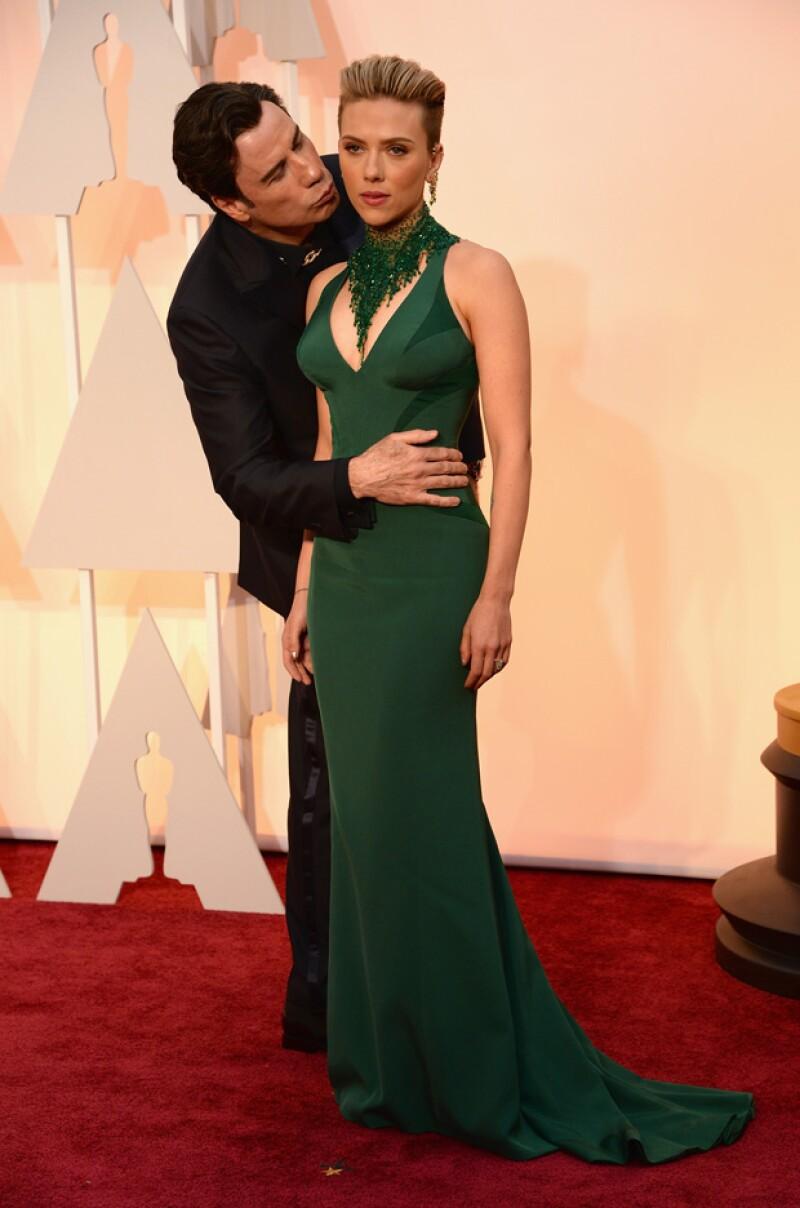 El año pasado el actor fue criticado por decir incorrectamente el nombre de Idina Menzel, ahora sorprendió a Scarlett Johansson con un extraño gesto en la red carpet.
