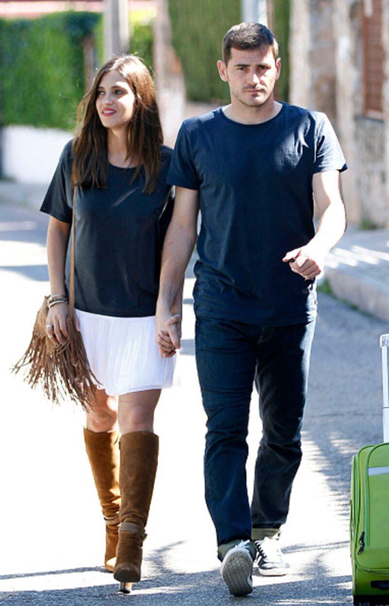 El futbolista y su pareja Sara Carbonero fueron captados mientras paseaban por Madrid, este pasado abril.