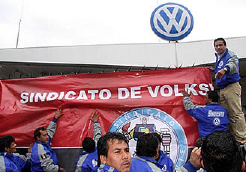 Los trabajadores sindicalizados de VW México levantaron las banderas rojinegras en la planta de Puebla. (Foto: Notimex)