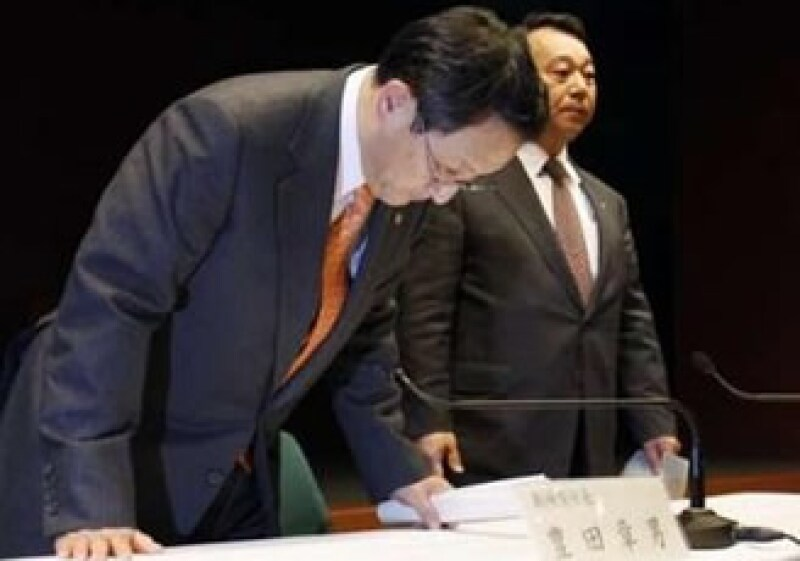 Akio Toyoda se inclinó al disculparse por el retiro que ha afectado a millones de usuarios de autos Toyota en el mundo. (Foto: Reuters)
