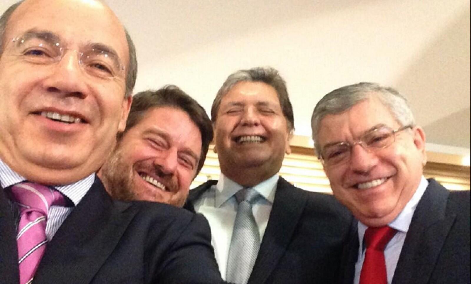 El expresidente Felipe Calderón publicó su 'selfie' acompañado de los expresidentes Alan García de Perú, César Gaviria de Colombia y el ex ministro de Chile Claudio Orrego.