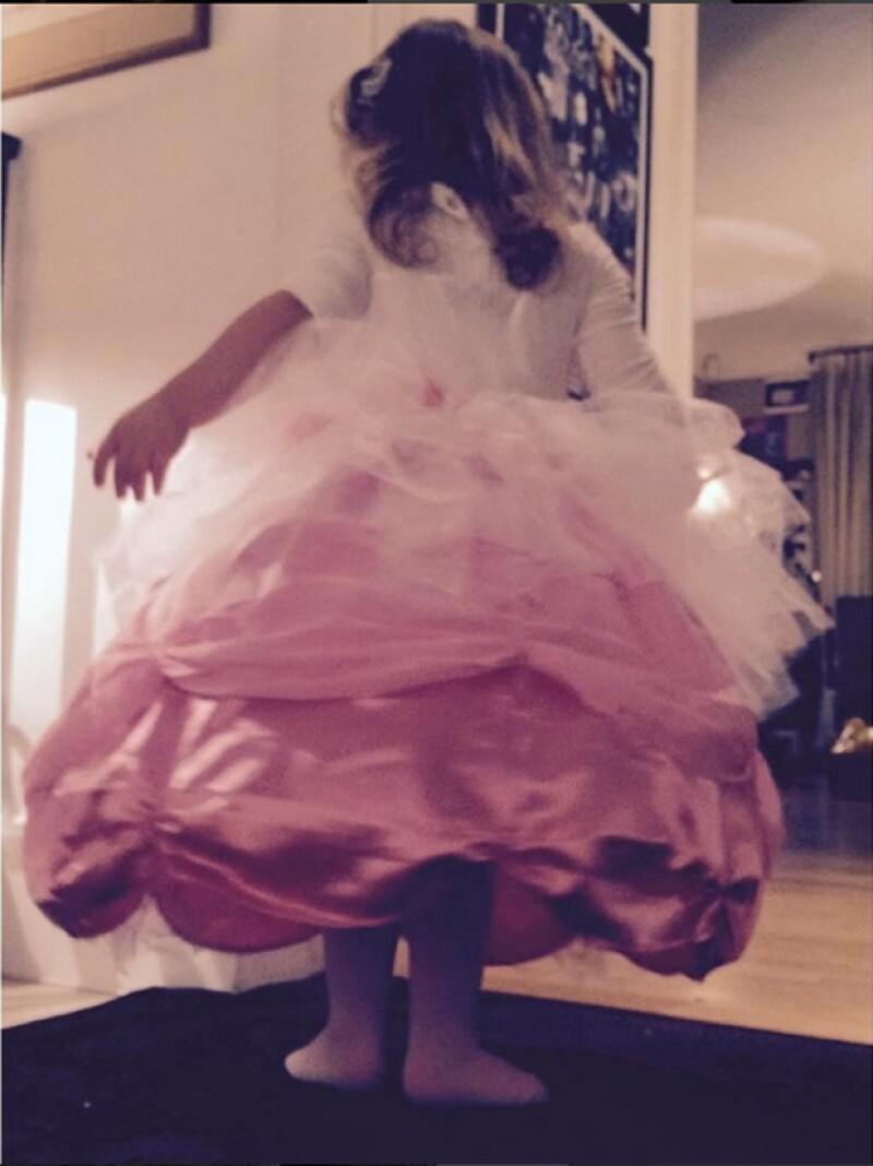 La pequeña quería irse a dormir con este vestido de princesa.