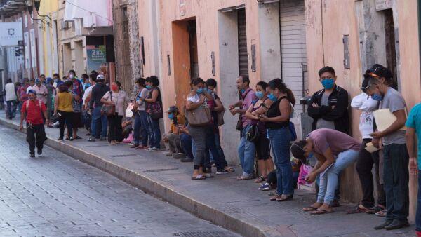 Cientos de personas se forman desde tempranas horas en oficinas de gobierno para tramitar el seguro de desempleo que le brindará un apoyo económico de $2,500 pesos