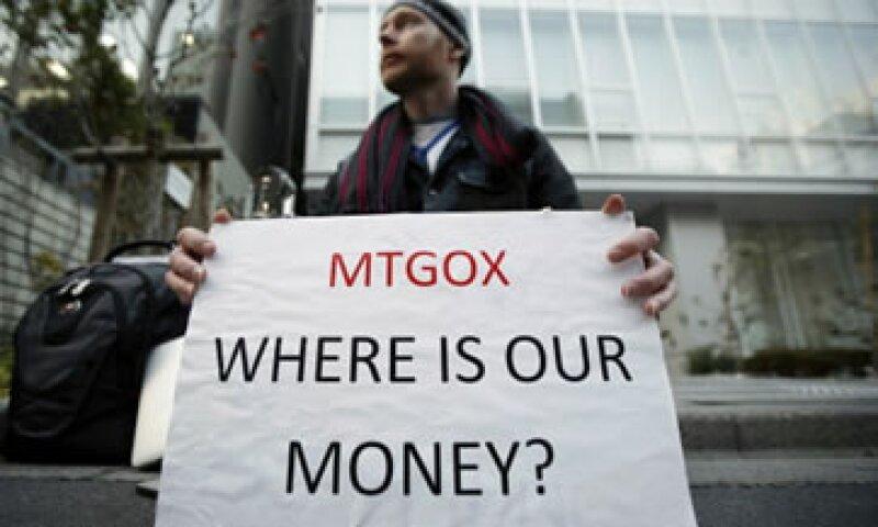Usuarios de la ciberdivisa amanecieron a las afueras de las oficinas de la Bolsa en Japón, exigiendo su dinero. (Foto: Getty Images)