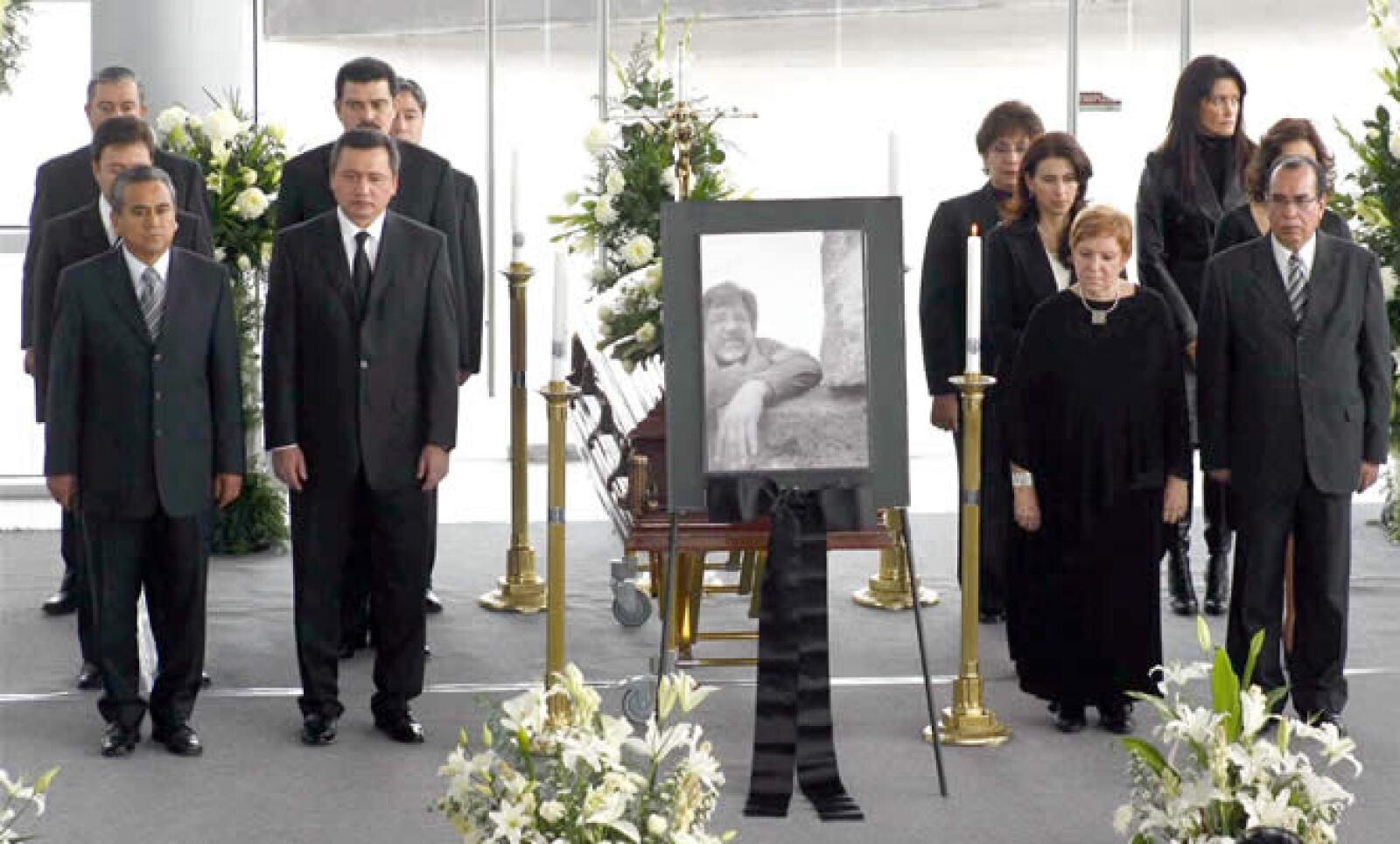 El artista plástico Bayron Gálvez, nacido en Mixquiahuala, Hidalgo, falleció el miércoles a causa de cáncer. Se le rindió un homenaje en el vestíbulo del teatro Gota de Plata al que asistió el gobernador Miguel Osorio Chong.