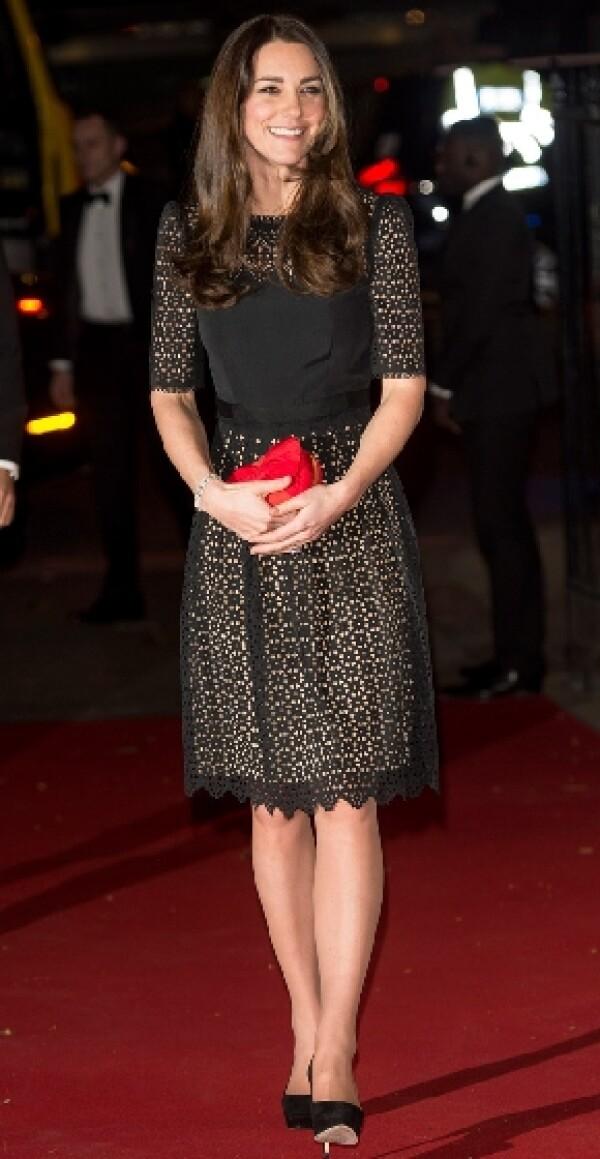 Kate lució un vestido un vestido negro de encaje.