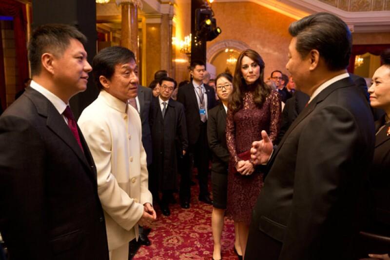 Kate y William tuvieron oportunidad de conocer y convivir con la estrella de cine y de Kung-Fu, Jackie Chan, quien contó algunas de sus anécdotas.