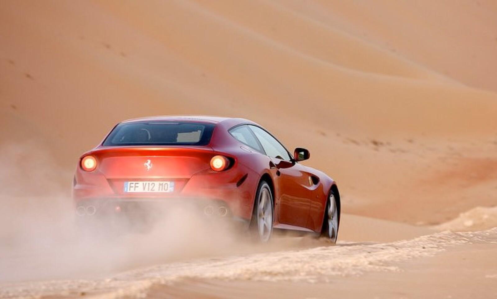 El vehículo está hecho con cerámica de carbón, lo que le permite ser ligero y mantener la línea aerodinámica.