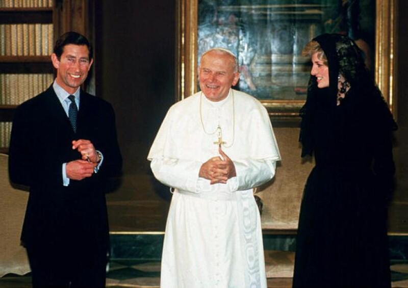 Carlos y Diana reunidos con Juan Pablo II