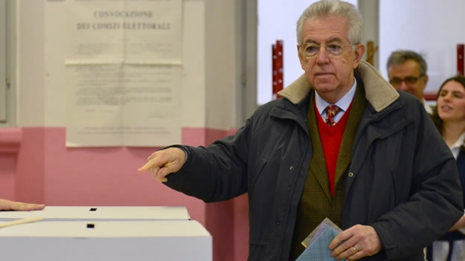 Mario Monti vota