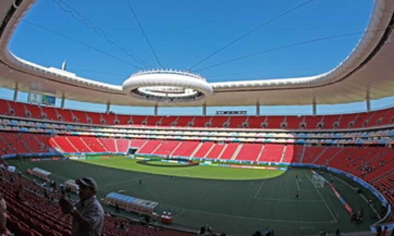 El Estadio Omnilife seguirá siendo la sede de eventos distintos al futbol, aun con el cesped natural. (Foto tomada de mediotiempo.com)