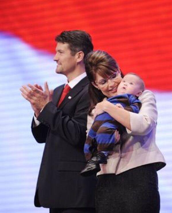 Sarah Palin con su hijo Trig, quien tiene síndrome de Down, y su esposo Todd.