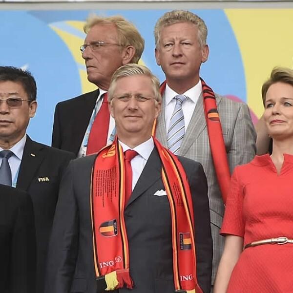 El presidente de la FIFA Josepp Blatter (izquierda) junto al Rey Felipe de Bélgica y la reina Matilde
