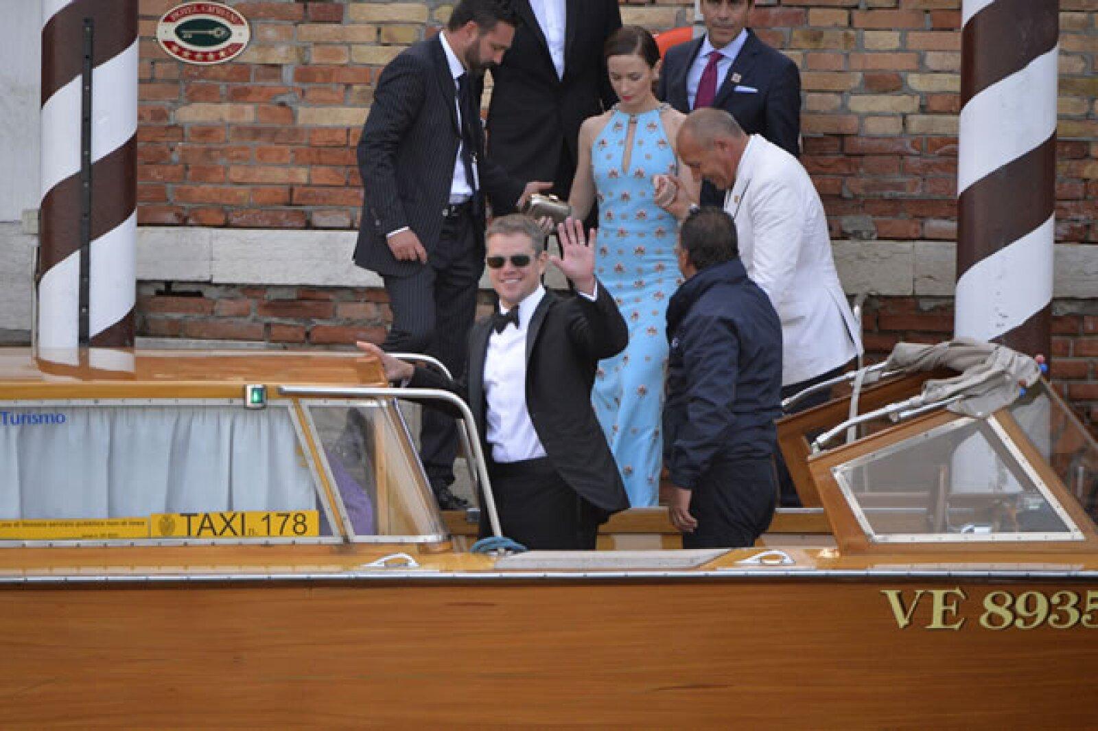 Llegó acompañado de su esposa Luciana Barroso. Detrás de él, la guapa Emily Blunt abordaba la lancha.